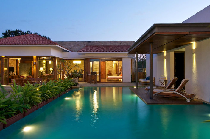 How to use a Lounge Chair in a Lounge Pool area How to use a Lounge Chair in a Poolside area How to use a Lounge Chair in a Poolside area cool infinity pool paired with succulent plant also comfy outdoor living space lounge chairs