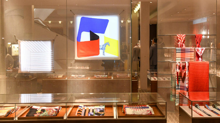 Partnership between Hermés and Pierre Charpin hit interior design fans Interior Design Partnership between Hermés and Pierre Charpin hit interior design fans Hermes Pierre Charpin Collaboration Scarfs Window Display 1