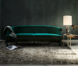 A green emerald sofa with capitoné in a modern home décor. This fierce living room set counts with the gold from the wall lamps to contrast with the other pieces.